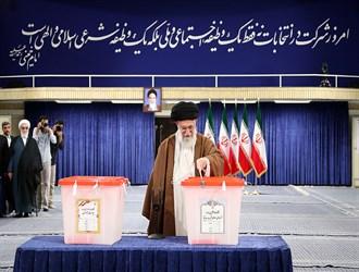 قائد الثورة الاسلامية يدلي بصوته في الدقائق الأولى من بدء التصويت للإنتخابات الرئاسية الإيرانية