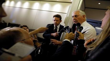 وزير الخارجية الأمريكي ريكس تيلرسون يتحدث مع الصحافيين من على متن الطائرة الرئاسية بعد مغادرته السعودية في طريقه إلى إسرائيل