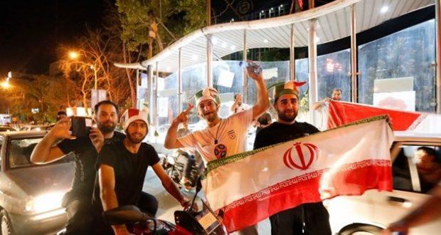 إحتفالات في إيران بالتأهل المونديالي.. وروحاني يهنىء المنتخب