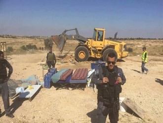 الاحتلال الصهيوني يهدم قرية فلسطينية ويعتقل 6 مواطنين