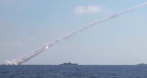 """بالفيديو: سفن حربية روسية تطلق 6 صواريخ """"كاليبر"""" على مواقع قيادية لداعش في حماه"""