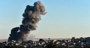 """""""التحالف الدولي"""" يقر بتنفيذ ضربات جوية على بلدة الميادين السورية تسببت بوقوع عشرات الضحايا"""