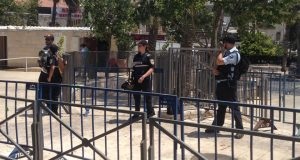 الفلسطينيون يتوافدون على المسجد الاقصى رغم القيود الصهيونية + صور