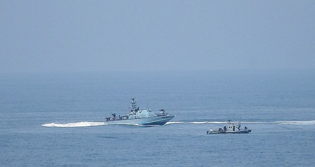 بحرية الاحتلال تعتقل صيادين وتصادر مركبتهما ببحر بيت لاهيا
