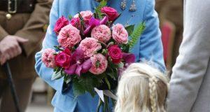 بالصور… طفل يخرق العادات الملكية ويمسك بحقيبة الملكة إليزابيث!!