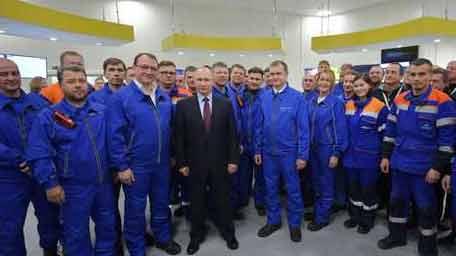 """بوتين يطلق أول سفينة محملة بالغاز الطبيعي من مشروع """"يامال"""""""